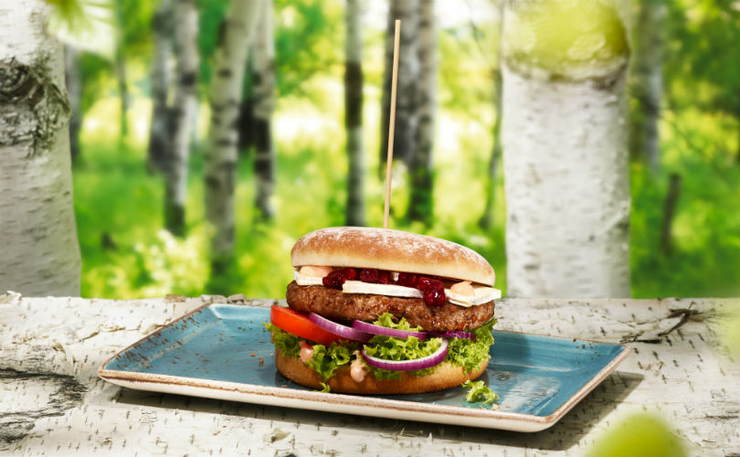 HANS IM GLÜCK's vegan burger with a wheat patty, cranberries, sprouts and walnuts